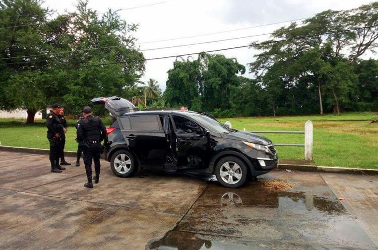 En este vehículo habrían sido raptados los cuatro hombres. (Foto Prensa LIbre: Rolando Miranda)