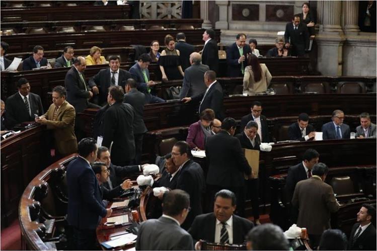Congresistas se toman un tiempo para la refacción. (Foto Prensa Libre: Esbin García)
