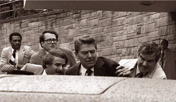Ronald Reagan es empujado hacia su vehículo blindado para evitar más disparos el 30 de marzo de 1981. (Foto: Hemeroteca PL)