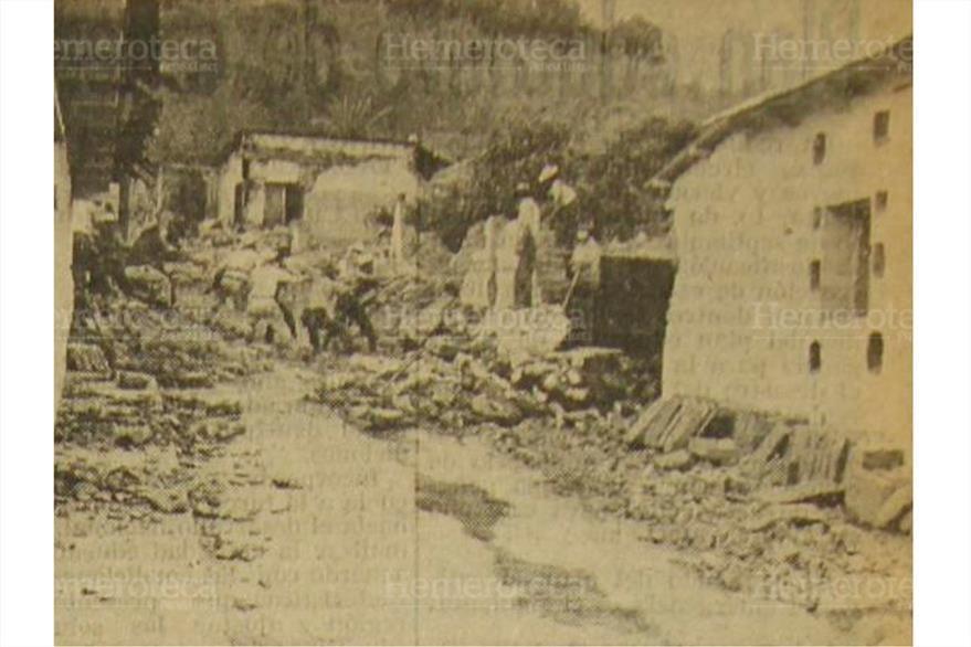 Comunitarios descombran luego del terremoto del 4 de febrero de 1976. (Foto: Hemeroteca PL)