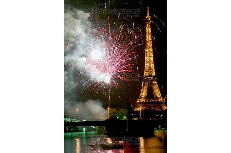 La Torre Eiffel es iluminada el 31 de diciembre de 1999 con magníficos fuegos  artificiales para recibir el siglo XXI. (Foto: Hemeroteca PL)