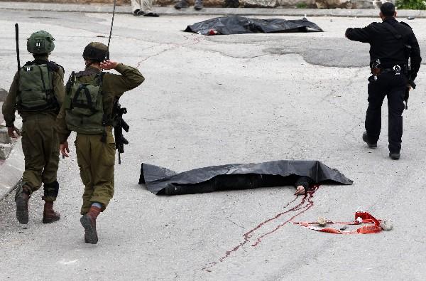 El cuerpo del palestino baleado por un soldado israelí en una calle de Hebrón.