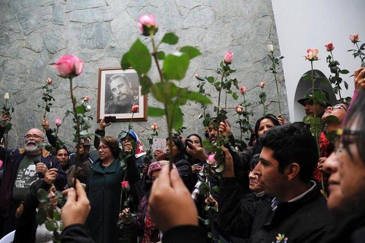 Colombianos rinden homenaje al líder cubano Fidel Castro, en Bogotá. (Foto Prensa Libre: AFP)