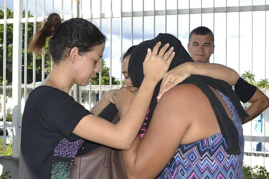 Familiares de los detenidos muertos durante el motín en una cárcel de Manaos lloran al enterarse de la muerte de sus seres queridos. (Foto Prensa Libre: EFE)