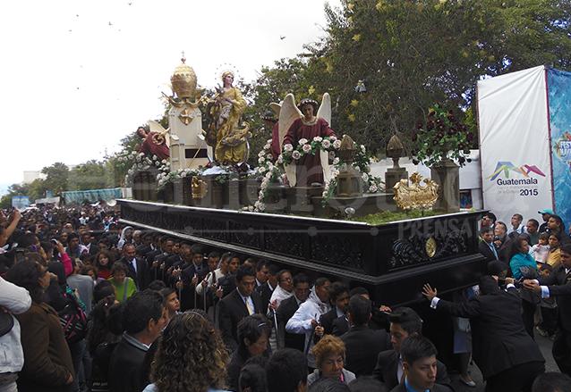 Rezado de la Inmaculada de Catedral a su paso por la Plaza de la Constitución el 9 de diciembre 2014. (Foto: Hemeroteca PL)