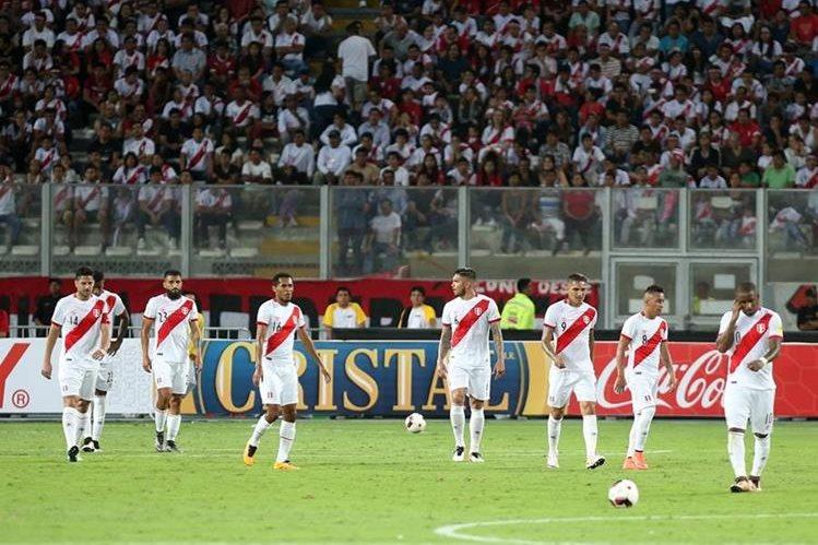 Los jugadores de Perú salen del campo luego de empatar 2-2 contra Venezuela en un partido de las eliminatorias del mundial Rusia 2018 que se disputó en el estadio Nacional de Lima. (Foto Prensa Libre: EFE)