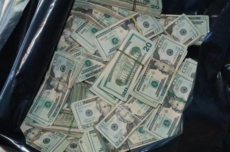 Las autoridades confirmaron que la denominación de los dólares que se transportaban es de US$100 y US$20. (Foto Prensa Libre: Cristian Soto)