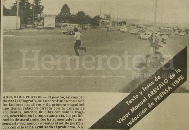 """En ese tiempo no se contaba con las pasarelas para que los peatones cruzaran libremente, tuvieron que pasar varios años y """"muertos"""" para que aparecieran. (Foto: Hemeroteca PL)"""