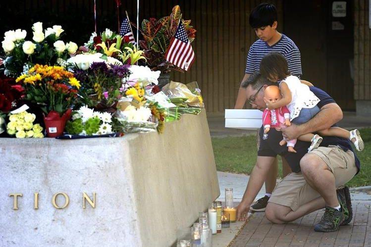 Familiares, colegas y amigos rinden tributo a los dos policías asesinados. (Foto Prensa Libre: AP).
