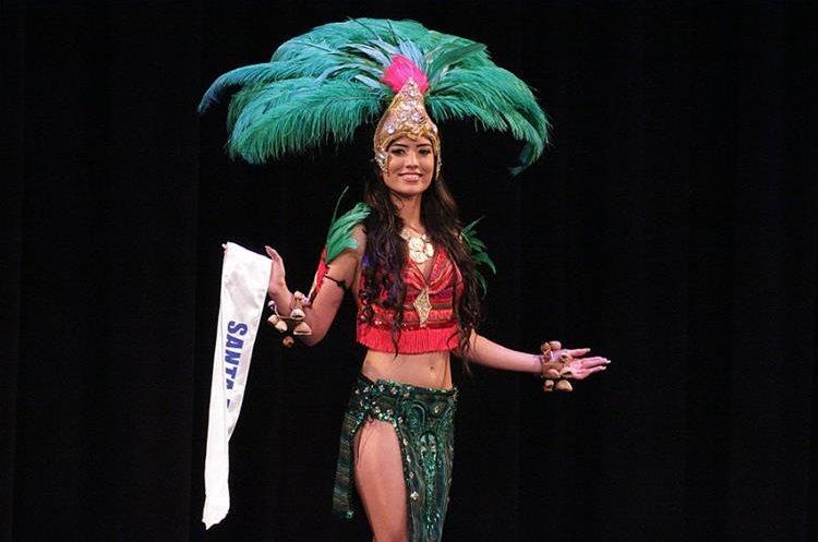 Daniela de León durante la presentación de traje fantasía. (Foto Prensa Libre: Mynor Gámez)