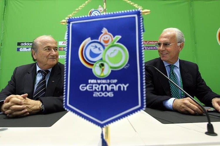 Fotografía de archivo del 6 de junio de 2006 que muestra al expresidente de FIFA Joseph Blatter y a Franz Beckenbauer en la inauguración del CEntro de Radiodifusión del Mundial en Munich. (Foto Prensa Libre: AFP)