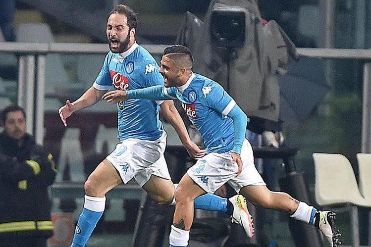 Higuaín e Insigne festejan el gol del argentino en el duelo frente al Torino. (Foto Prensa Libre: EFE)