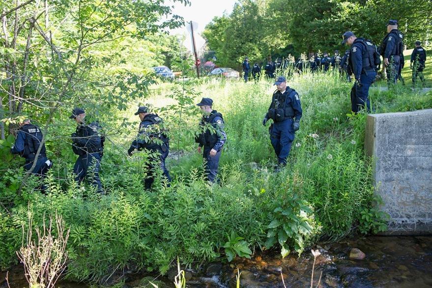 Las fuerzas de seguridad de Nueva York buscan a los dos reos fugados hace 20 días de una prisión de máxima seguridad en Nueva York. (Foto Prensa Libre: AFP).