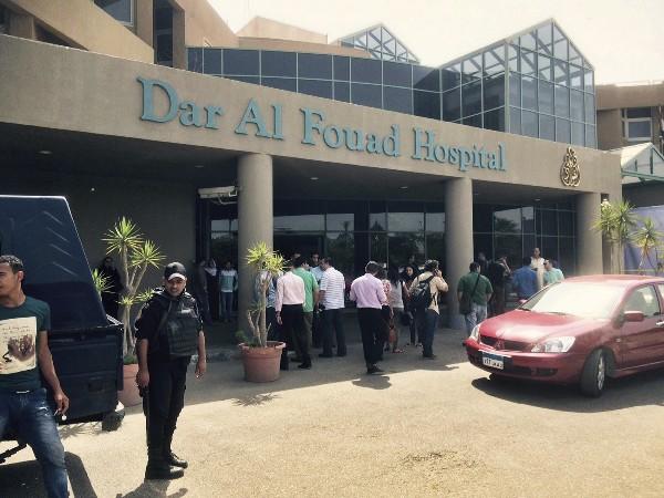 <em>Cinco mexicanos heridos en el ataque reciben atención en el Hospital Dar-el-Fouad, en El Cairo.</em>