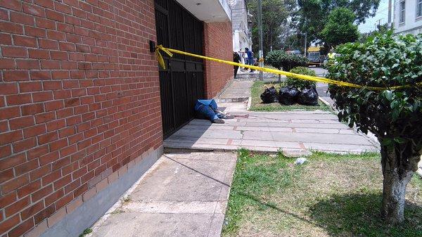La mujer fue atacada a corta distancia y los disparos fueron en la cabeza, según los Bomberos Municipales. (Foto Prensa Libre: José Patzán)