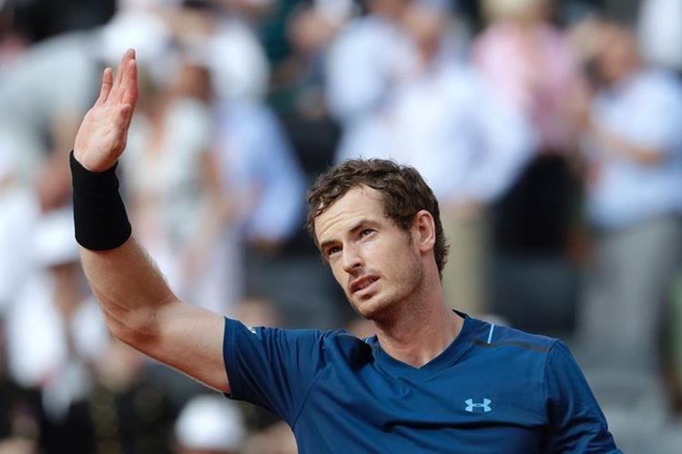 Andy Murray saluda a los aficionados presentes después de derrotar al ruso Andrey Kuznetsov en el Roland Garros. (Foto Prensa Libre: AFP)