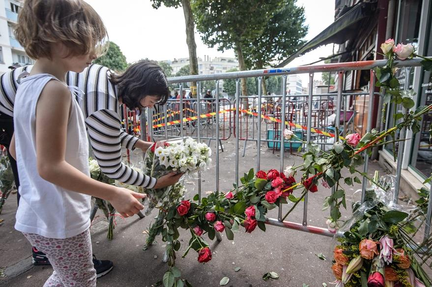 Familiares depositan flores frente al bar Cuba Libre, en Rouen, norte de Francia. (EFE)