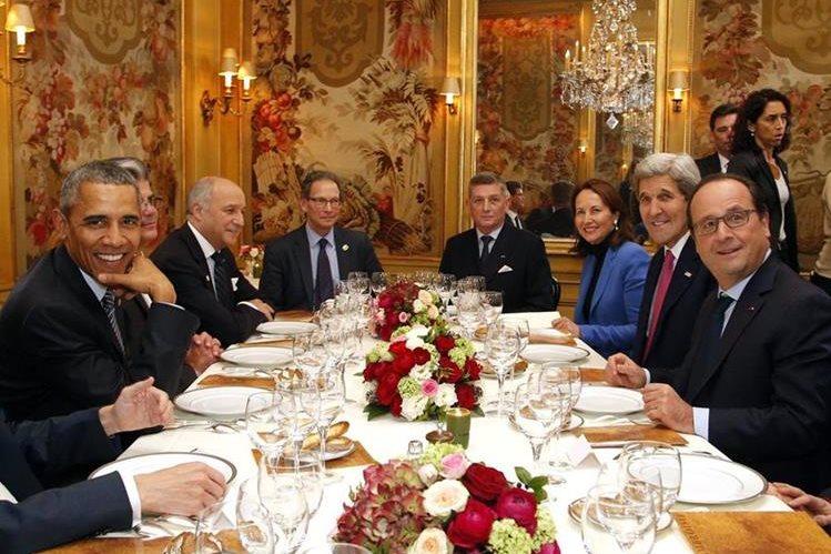 Obama y Hollande compartieron la mesa con otros invitados. (Foto Prensa Libre: AFP).