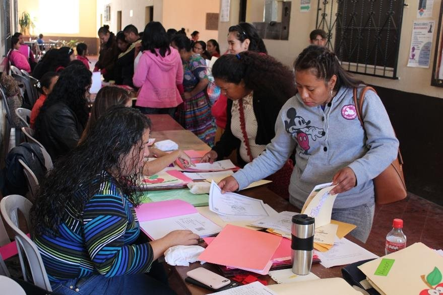 Padres de familia inscriben a sus hijos en la Escuela Tipo Federación Miguel Hidalgo y Costilla, en Chimaltenango. (Foto Prensa Libre: José Rosales).