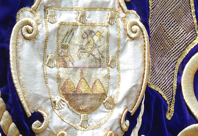 Otra variante. A la izquierda del apóstol Santiago están los herejes a los que vence. Detalle bordado del estandarte de Jesús de la Merced, jurado como Patrón contra las calamidades en 1721. (Foto: Néstor Galicia)