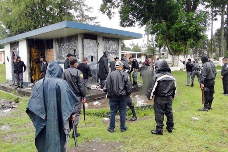 Autoridades requisan la Granja Penal Cantel. (Foto Prensa Libre: Carlos Ventura).