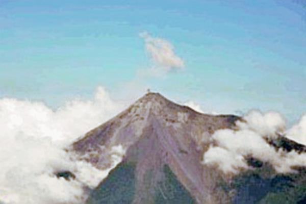 Volcán de Fuego mantiene explosiones débiles y moderadas. (Foto Prensa Libre: Conred)
