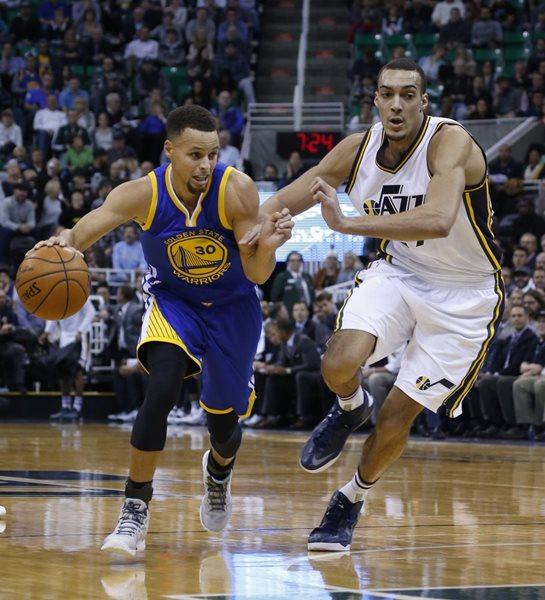 Stephen Curry (30) de Golden State supera el marcaje de Rudy Gobert (27) de Utah, en el juego de ayer, donde los Warriors se impusieron (Foto Prensa Libre: AFP)
