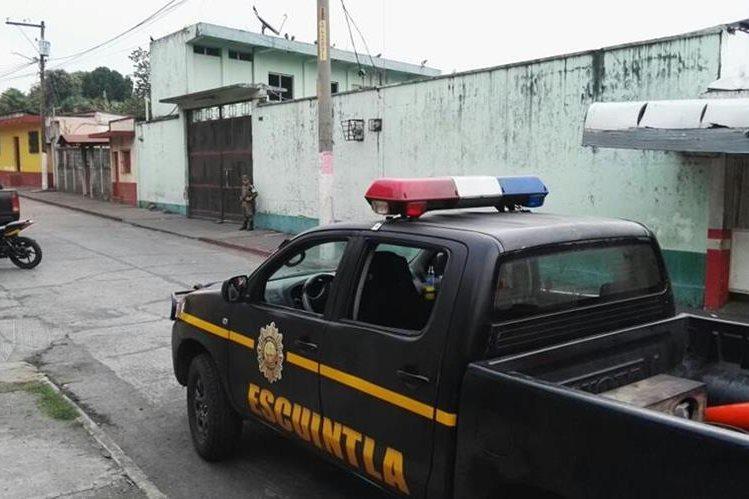 Agentes de la PNC recaban evidencias en el predio de los Transportes Esmeralda, en Santa Lucía Cotzumalguapa. (Foto Prensa Libre: Carlos E. Paredes)