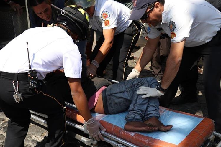 La mujer en situación de calle fue trasladada a un hospital en la capital. Padecía esquizofrenia y tenía un problema de la columna. (Foto Prensa Libre: Julio Sicán)
