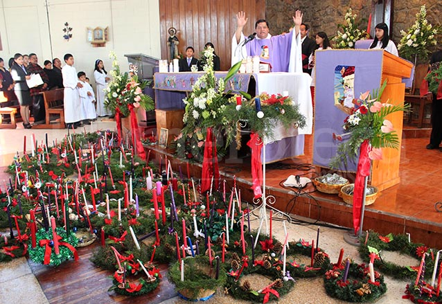 En diferentes iglesias se bendicen las coronas el primer domingo de adviento. (Foto: Hemeroteca PL)