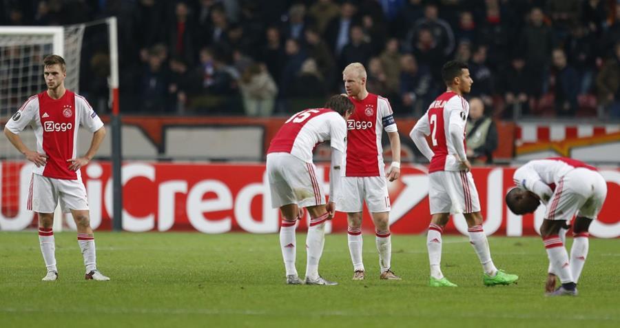 Jugadores del Ajax se lamentan luego que fueron eliminados de la Liga Europa, este jueves. (Foto Prensa Libre: AP).