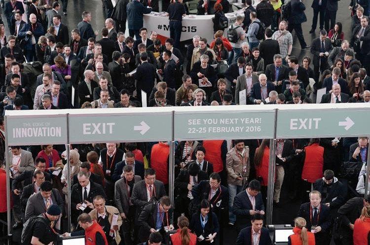 Más de nueve mil visitantes de todo el mundo asisten al  Mobile World Congress de Barcelona. (Foto Prensa Libre: AFP).