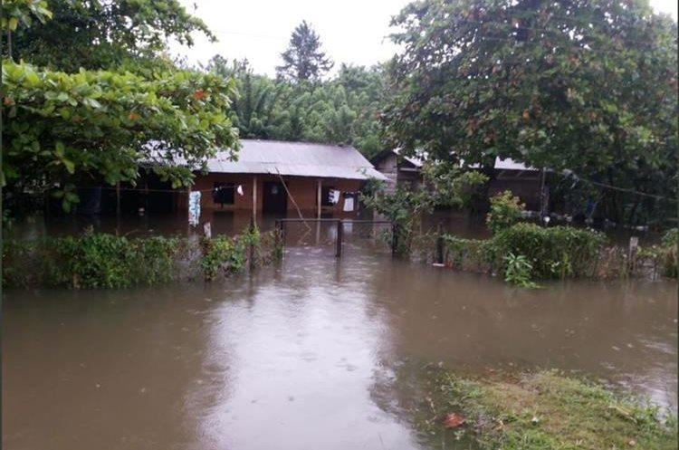Varias viviendas inundadas en Poptún, Petén. (Foto Prensa Libre: Cortesía Conred)