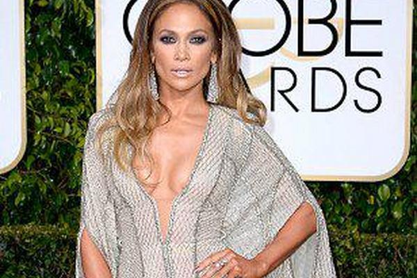 """<p>Jennifer López no pasó inadvertida al caminar por la alfombra roja de los Globos de Oro. Foto: Twitter Golden Globes.<br _mce_bogus=""""1""""></p>"""