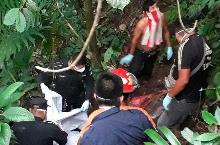 Los cadáveres fueron localizados en un barranco de aproximadamente diez metros de profundidad. (Foto Prensa Libre: Whitmer Barrera)