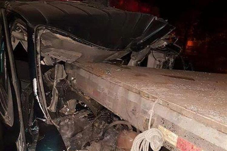 Ambulancia quedó destruida a causa del impacto con la plataforma, en Escuintla. (Foto Prensa Libre: Enrique Paredes).