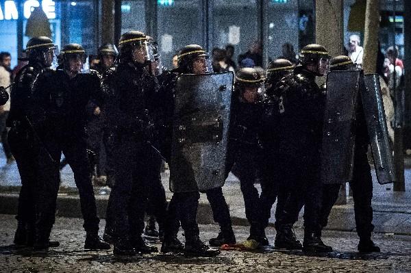 La policía de París se enfrentó a los fanáticos franceses. (Foto Prensa Libre: AFP)