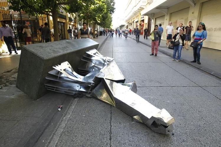 Varias de las obras el artista Pepo Toledo destruidas por los vendedores informales en el Paseo de La Sexta. (Foto Prensa Libre: Hemeroteca PL)