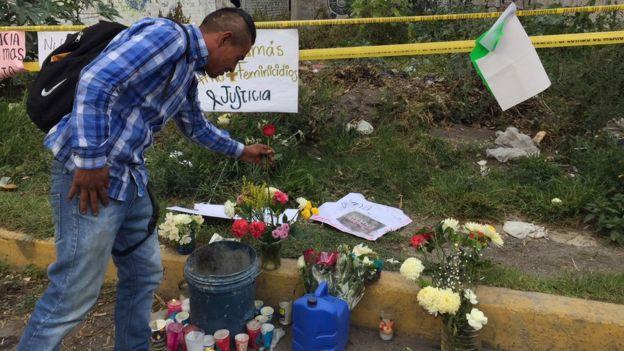 La gente se ha volcado espontáneamente para dejar flores y veladoras en el memorial improvisado y el baldío.
