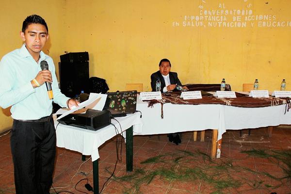Al foro solo asistió una persona en representación de uno de los seis candidatos a la alcaldía que fueron invitados en Nebaj, Quiché. (Foto Prensa Libre: Óscar Figueroa)