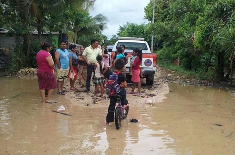 Personal de Conred coordina asistencia humanitaria para afectados en La Libertad. (Foto Prensa Libre: Conred).