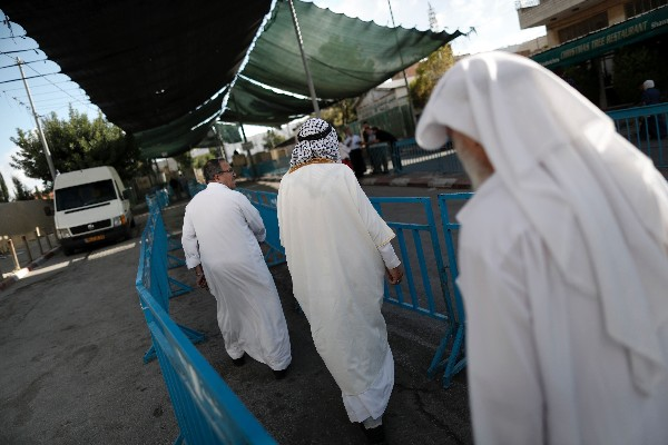 Un grupo de palestinos pasa un control israelí entre Belén y Jerusalén. (AFP).