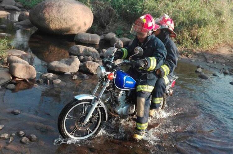 En ocasiones los socorristas deben transportarse en motocicleta para llegar al lugar del incendio, debido a las malas condiciones en las que se encuentran los caminos. (Foto Prensa Libre: Whitmer Barrera)