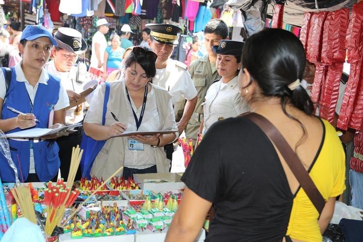 Representantes de distintas instituciones supervisan una venta de cohetillos en la ciudad de Chiquimula. (Foto Prensa Libre: Edwin Paxtor).