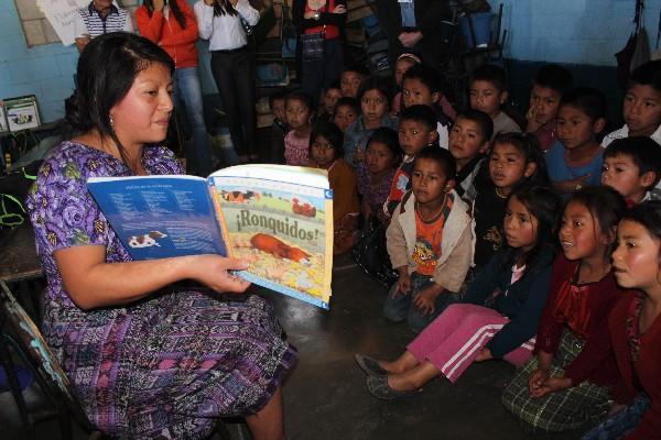Maestra de la escuela Cerritos Asunción imparte clases a niños, en Patizicía, Chimaltenango.