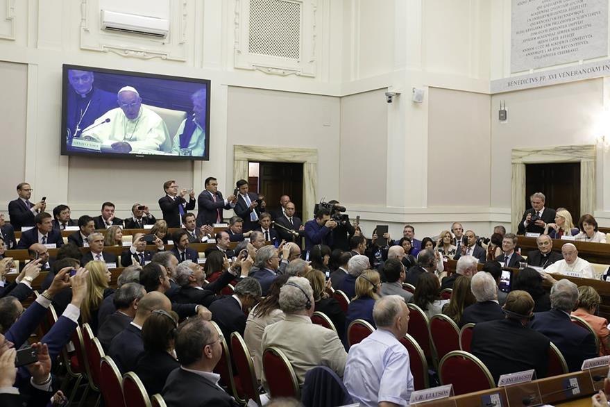 Profesionales del derecho escuchan el discurso que ofrece el papa Francisco. (Foto Prensa Libre: AP)