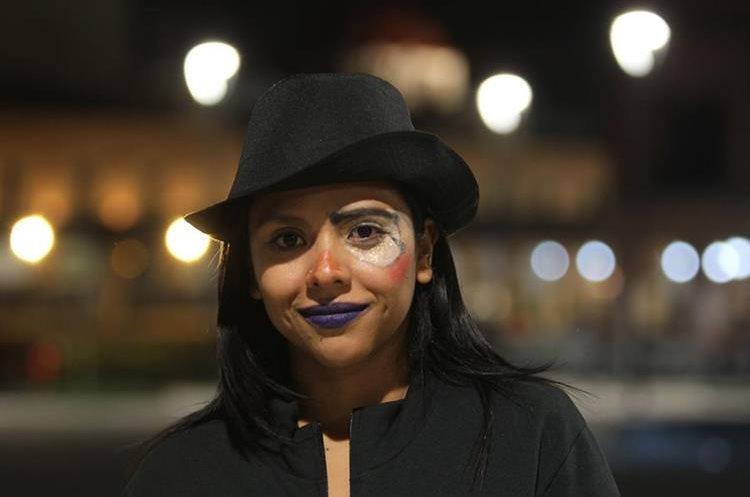 Una seguidora de Ricardo Arjona se pinta el rostro en el marco de la gira Circo Soledad, en Toluca,  México (Foto Prensa Libre: Keneth Cruz).