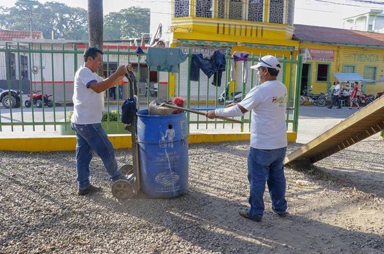 La Municipalidad de Tecún Umán colocó recipientes para basura en diferentes puntos donde se aglomeran los migrantes. (Foto Prensa Libre: Rolando Miranda).