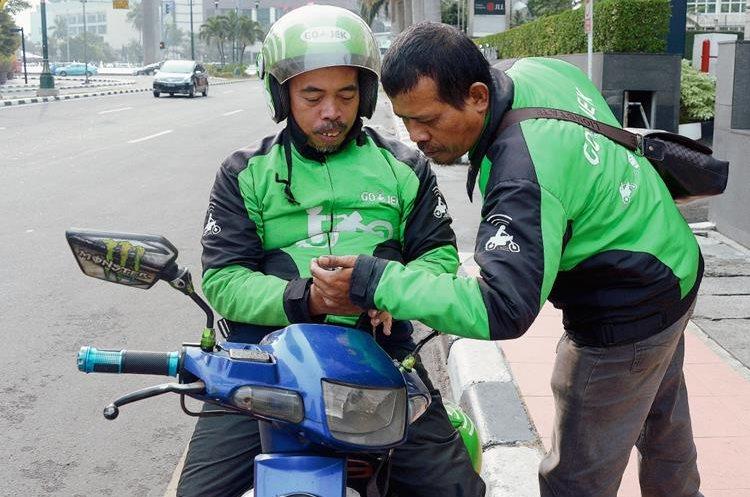 Los pilotos se coordinan para agilizar el viaje. (Foto Prensa Libre: AFP).