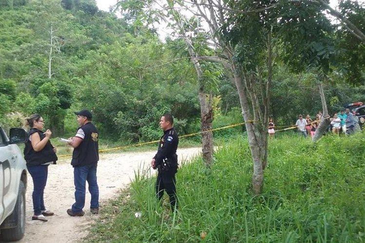 Autoridades de la PNC y del Ministerio Público efectúan el peritaje en el lugar donde hallaron los cadáveres. (Foto Prensa Libre: Rigoberto Escobar)